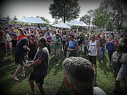 Friendly crowd of dancing heads